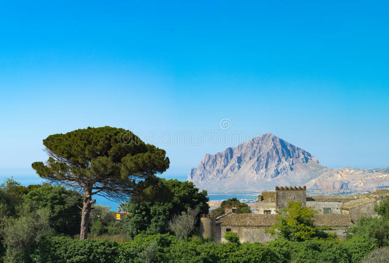 Paysage mediterrenian rural avec la vieille villa, pin, Se bleu photographie stock