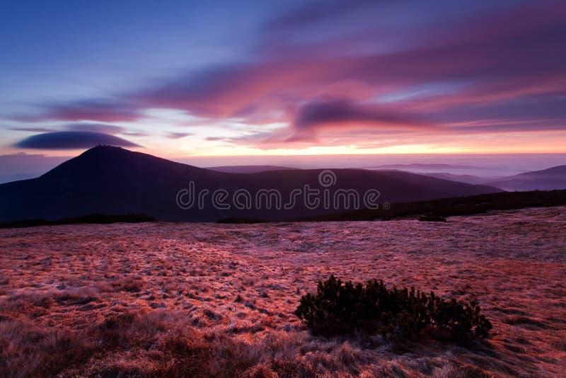 Paysage merveilleux, au-dessus des nuages au beau jour en automne, l'Europe Paysage avec la vallée alpine de montagne, bas nuages photo stock