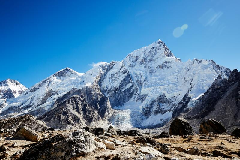 Paysage montagneux de l'Himalaya Un pic enneigé de Nuptse par beau temps photographie stock libre de droits
