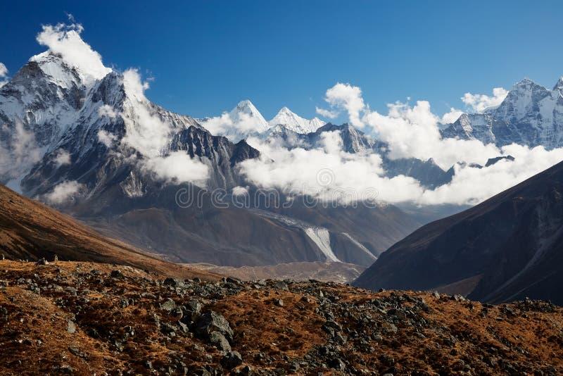 Paysage montagneux de l'Himalaya Un pic de neige abrupte et une vaste vallée pendant une belle journée ensoleillée photo libre de droits