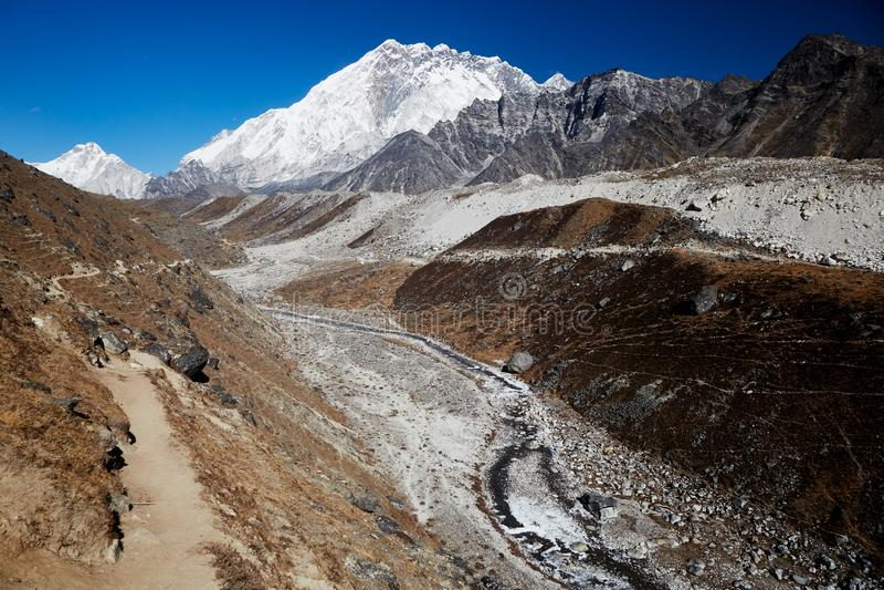 Paysage montagneux de l'Himalaya Un pic de neige abrupte et une vaste vallée pendant une belle journée ensoleillée image stock