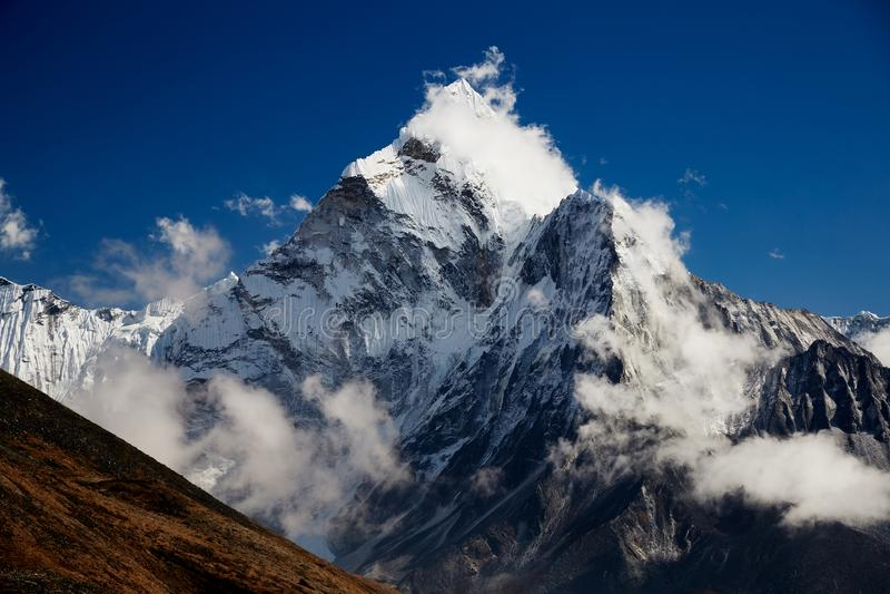 Paysage montagneux de l'Himalaya Un pic de neige escarpé par une belle journée ensoleillée images libres de droits