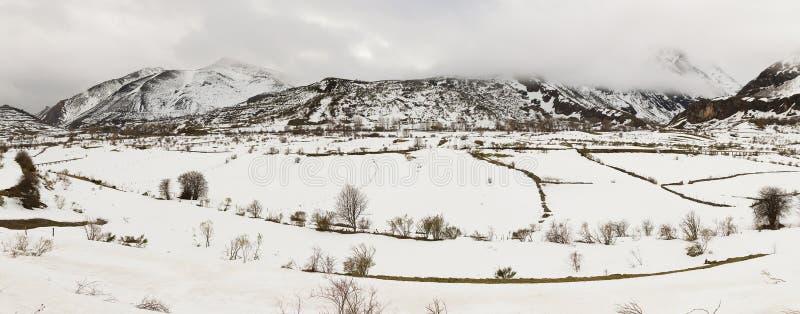 Paysage montagneux de panorama avec la neige images stock