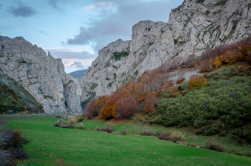 Paysage montagneux du parc naturel de Fuentes Carrionas images stock