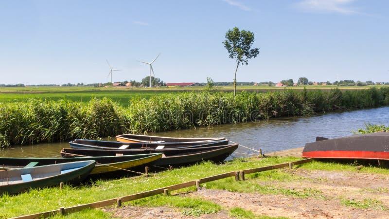 Paysage néerlandais typique avec les bateaux à rames en bois images libres de droits