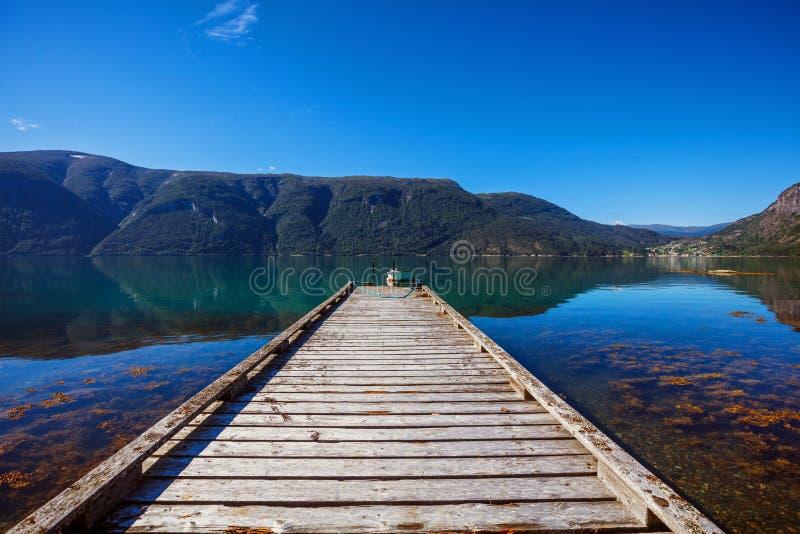 Paysage naturel de la Norvège de belle nature avec le pilier pour les bateaux, le fjord et la montagne images stock