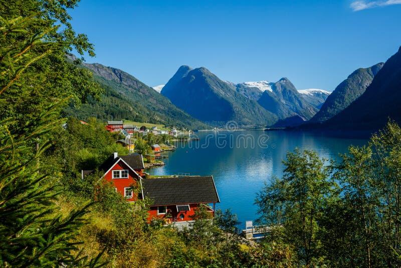 Paysage naturel de la Norvège de belle nature Maison de pêche rouge stupéfiante sur le fjord Belle nature avec le ciel bleu photographie stock libre de droits