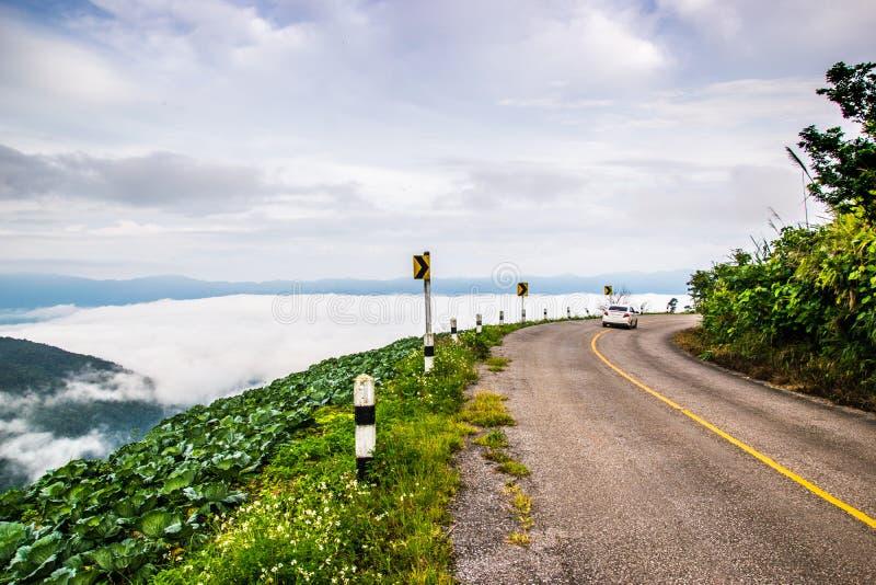 Paysage naturel de montagne de Phuchefah avec la route photo libre de droits