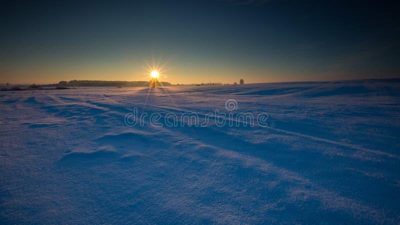Paysage neigeux de champ d'hiver image stock