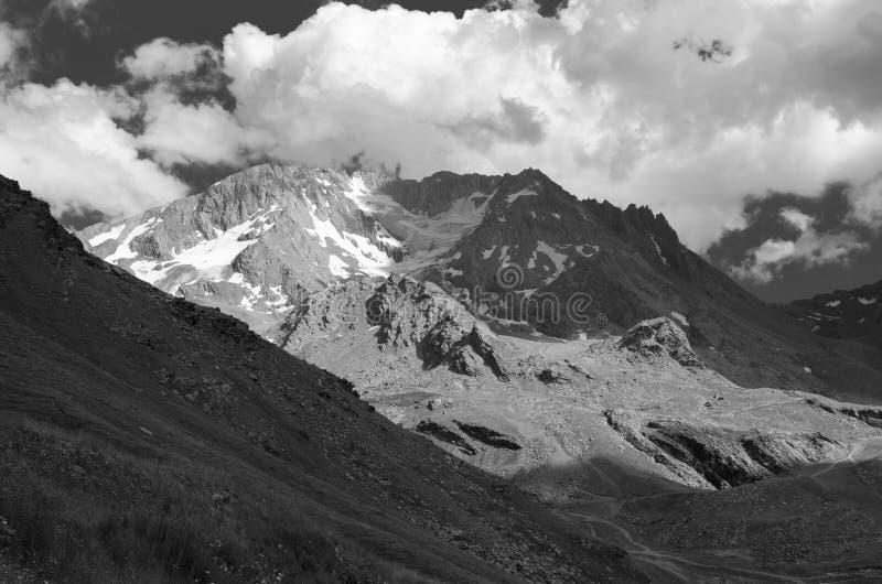 Paysage noir et blanc avec des montagnes et des nuages images stock