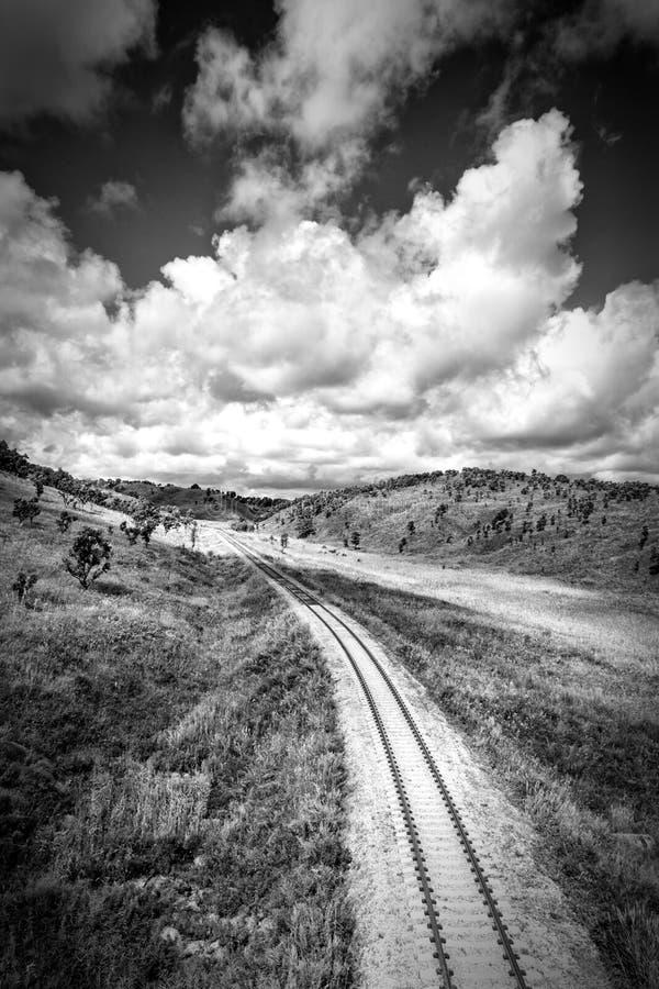 Paysage noir et blanc de chemin de fer de campagne photo stock
