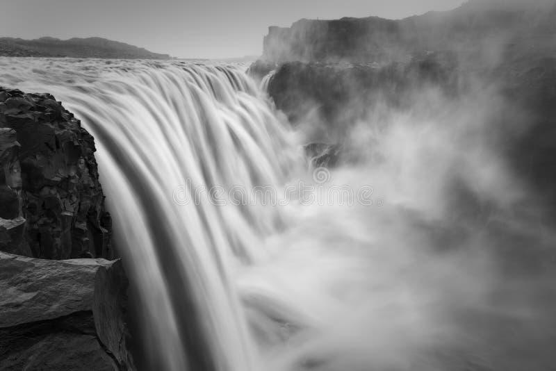 Paysage noir et blanc dramatique de Dettifoss, la plus grande cascade photo libre de droits