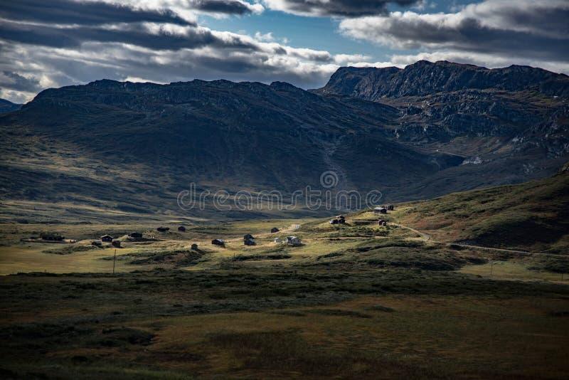 Paysage norvégien avec des maisons photographie stock libre de droits