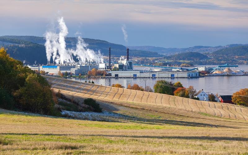 Paysage norvégien avec l'usine de fabrique de pâte à papier photo stock