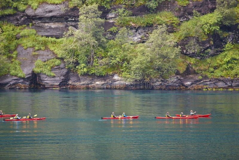 Paysage norvégien de fjord avec des kayaks et des roches Voyage Norvège image libre de droits