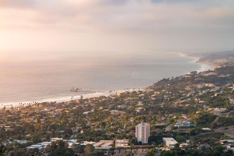 Paysage nuageux de crique de La Jolla au coucher du soleil - horizontal photographie stock