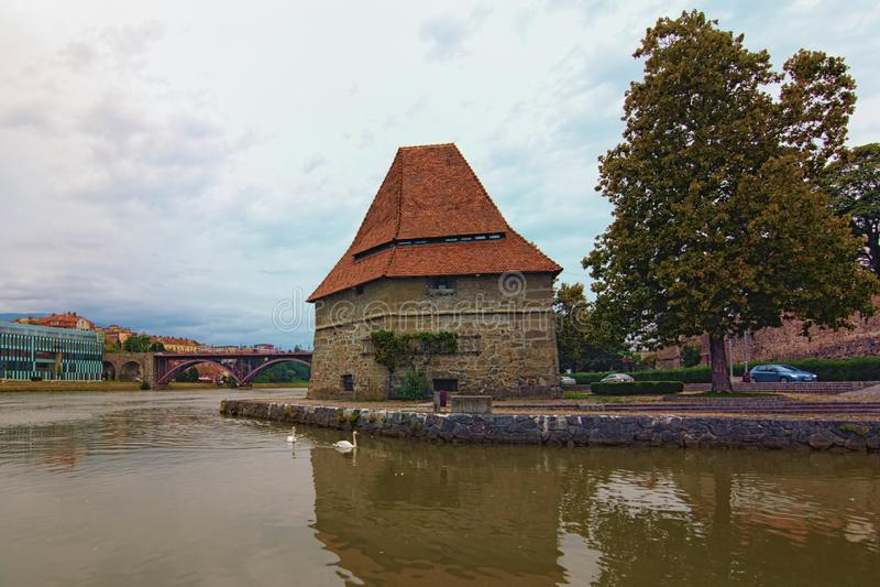 Paysage nuageux de la rivière Drava à Maribor L'ancienne tour de l'Eau et le vieux pont en arrière-plan Ciel nuageux vibrant photos libres de droits