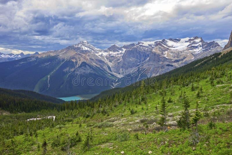 Paysage orageux de ciel et de montagne de Cloudscape en Yoho National Park Canadian Rockies photographie stock libre de droits