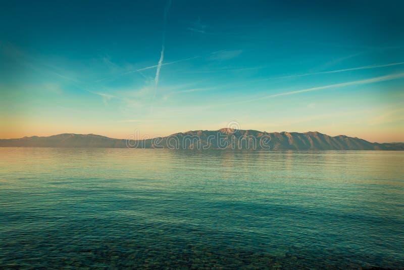 Paysage paisible avec la mer et les collines avant lever de soleil photo libre de droits