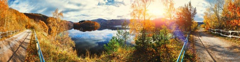 Paysage panoramique d'automne avec le coucher du soleil spectaculaire au-dessus de la rivière image stock