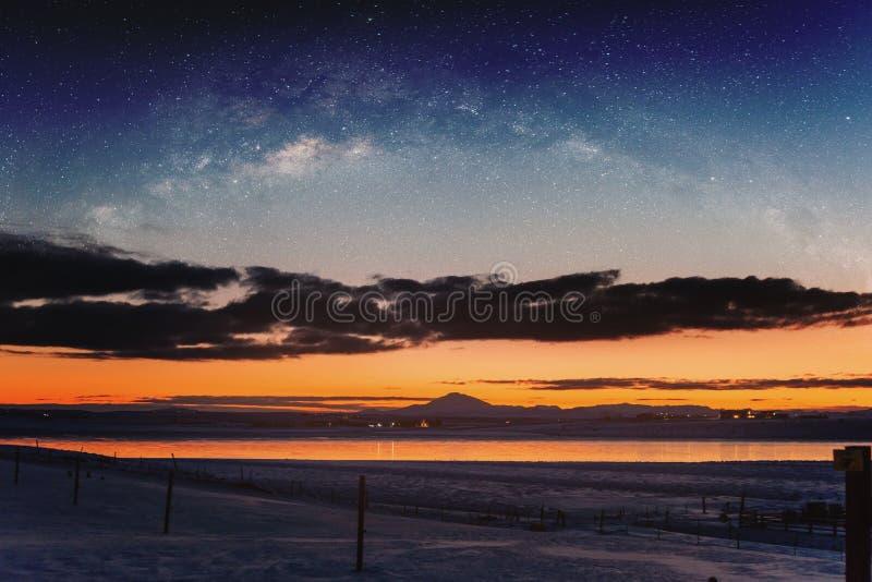 Paysage panoramique d'hiver dans le lever de soleil avec le paysage de ciel nocturne de double exposition photo stock