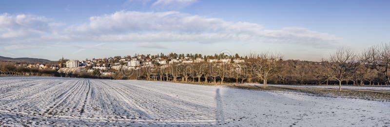 Paysage panoramique d'hiver dans mauvais Soden, Allemagne avec la crique de neige photos stock