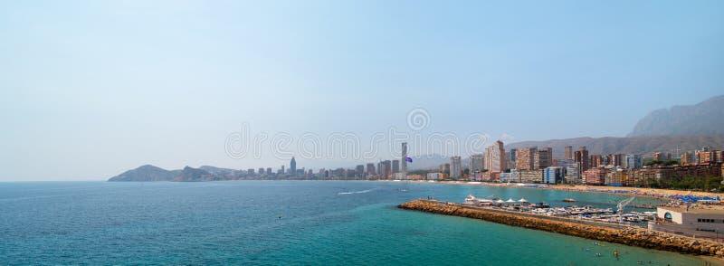 Paysage panoramique d'horizon de la mer Méditerranée et de ville de Benidorm photos libres de droits