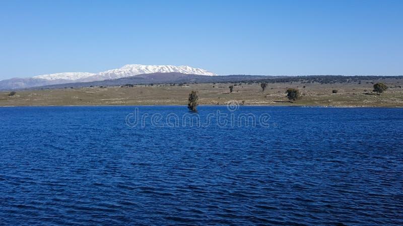 Paysage panoramique de fond bleu de Hermon de lac et de montagne, Israël image stock