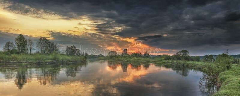 Paysage panoramique de rivière dans le matin d'automne au lever de soleil avec le ciel coloré et les nuages gris photos stock
