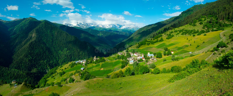 Paysage panoramique de village d'Ieli dans Svaneti photographie stock libre de droits