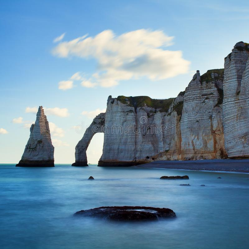 Paysage panoramique pittoresque sur les falaises d'Etretat Falaises étonnantes naturelles Etretat, Normandie, France, La la Manch photo stock