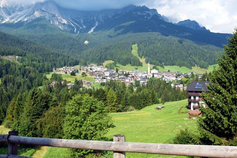 Paysage panoramique, village de Dobiacco, dans Cadore, montagnes de Dolomity, Italie image stock