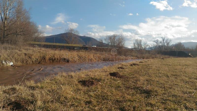 Paysage par la rivière images stock