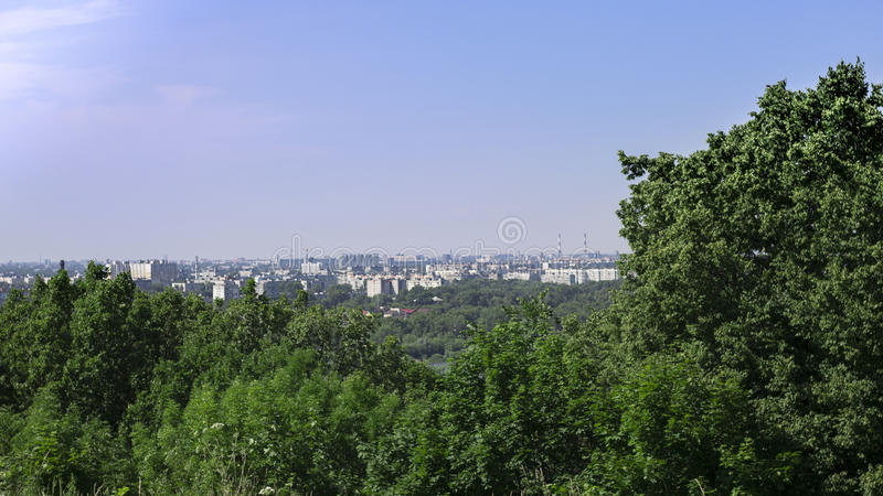 Paysage par les arbres vous pouvez voir la ville sur les banques de la rivière photos stock