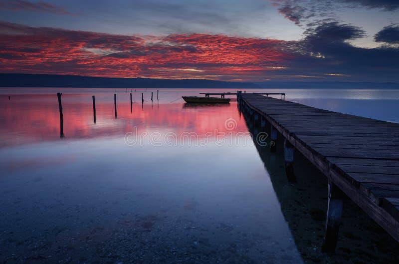 Paysage pendant le coucher du soleil Beau paysage marin naturel, heure bleue Coucher du soleil d'hiver à une côte de lac près de  photographie stock libre de droits