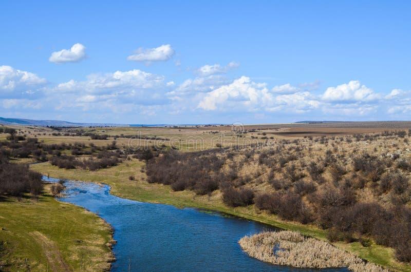 Paysage pittoresque d'automne de rivière et de ciel bleu photographie stock libre de droits
