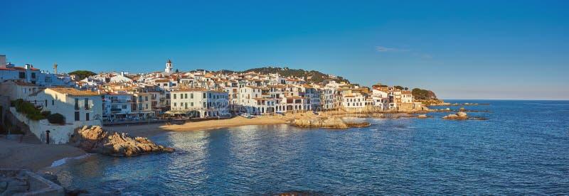 Paysage pittoresque d'un petit village espagnol en Costa Brava côtier, Calella De Palafrugell photos libres de droits