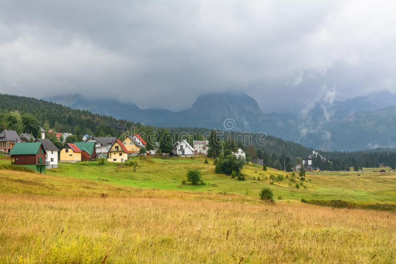 Paysage pittoresque du village sur un fond des montagnes images stock