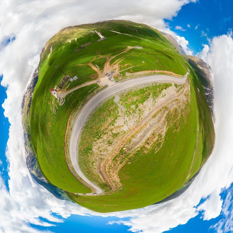 Paysage pittoresque sphérique de montagne de panorama et la route militaire géorgienne photo libre de droits