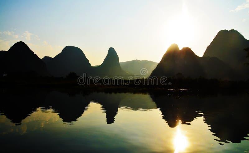 Paysage renversant au temps de coucher du soleil dans le coucher du soleil de ville de Yangshuo image libre de droits