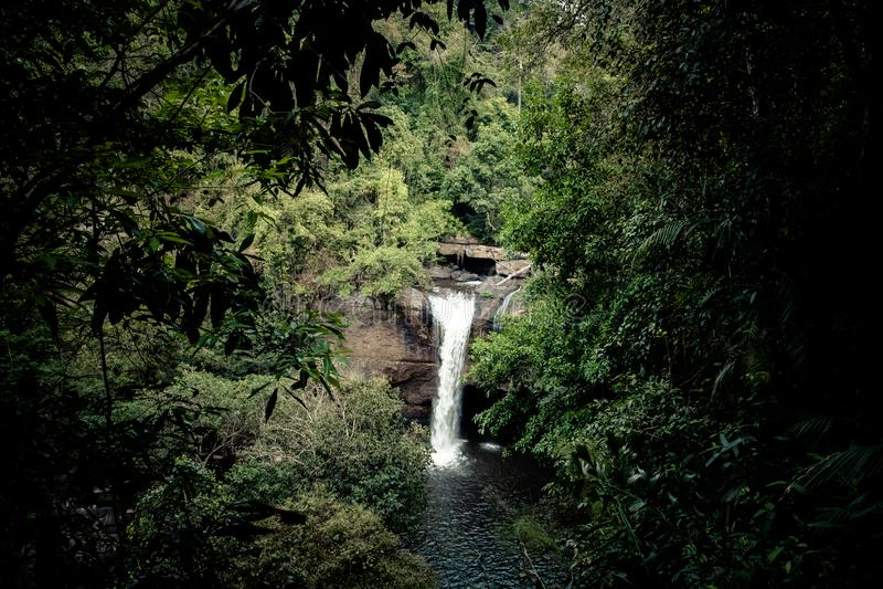 Paysage renversant de cascade de Haew Suwat, parc national de Khao Yai, province de Nakhon Ratchasima, Thaïlande image libre de droits