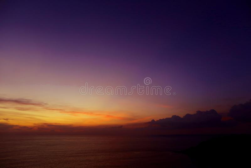 Paysage renversant de lumière, de ciel et de nuages dans la soirée, coucher du soleil pourpre près d'horizon de mer d'Adaman image stock