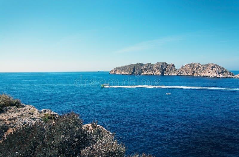 Paysage rocheux, océan méditerranéen et îlots de Malgrats image stock