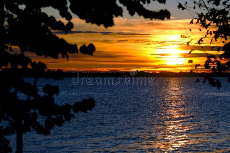 Paysage romantique de mer, égalisant le soleil, croisière photographie stock