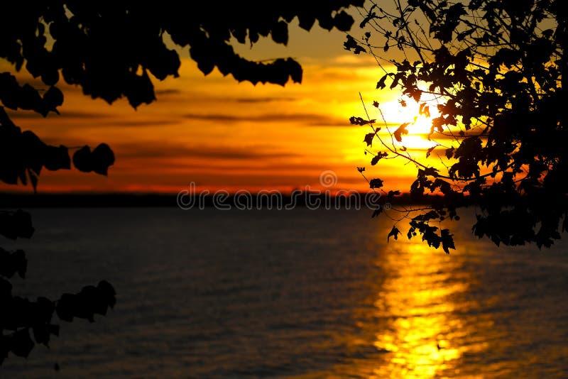 Paysage romantique de mer, le soleil d'or images stock
