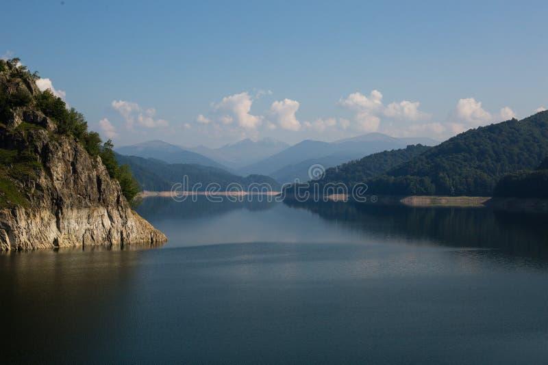Paysage roumain célèbre : Lac Vidraru dam, en Roumanie image stock