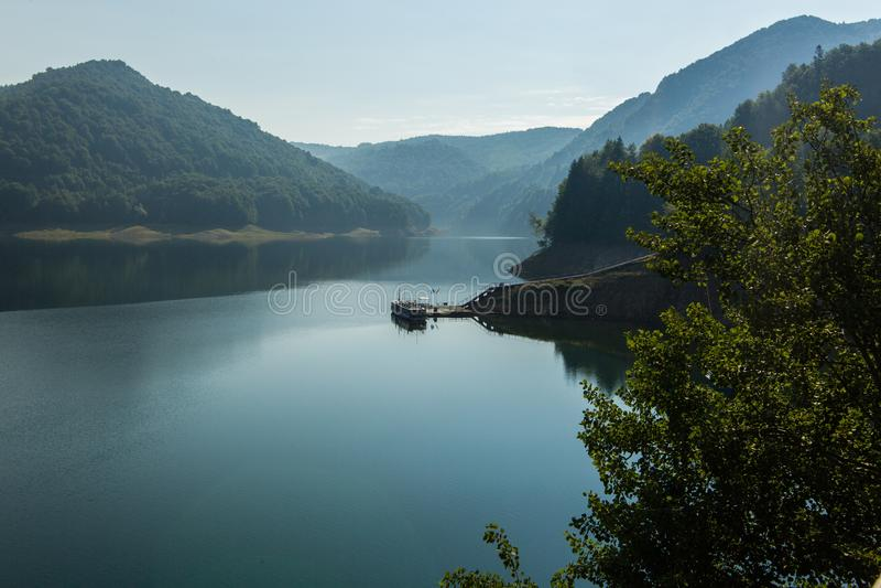 Paysage roumain célèbre : Lac Vidraru dam, en Roumanie photographie stock libre de droits