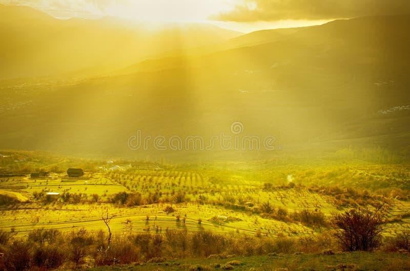 Paysage rural avec des rayons du soleil photo stock