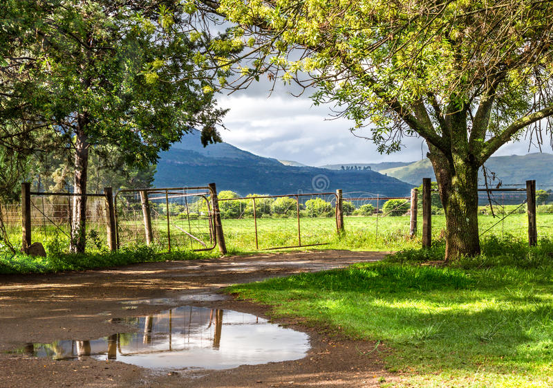 Paysage rural avec le soleil se cassant cependant après la pluie avec des clo photo stock