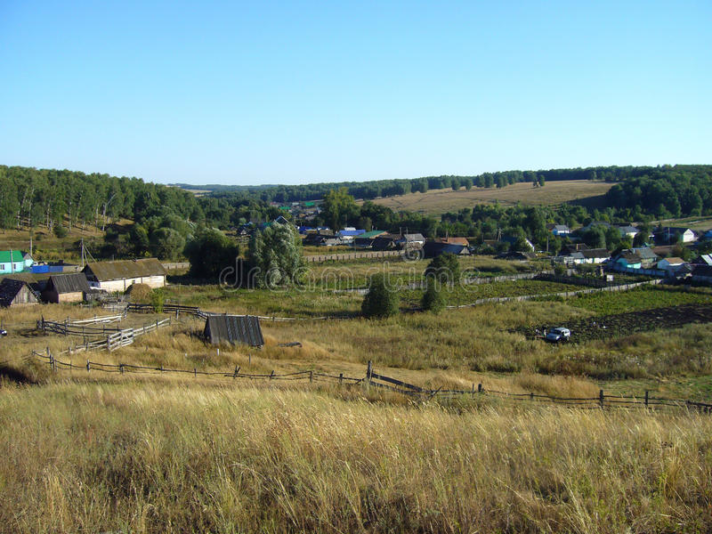 Paysage rural d'été avec des jardins images libres de droits